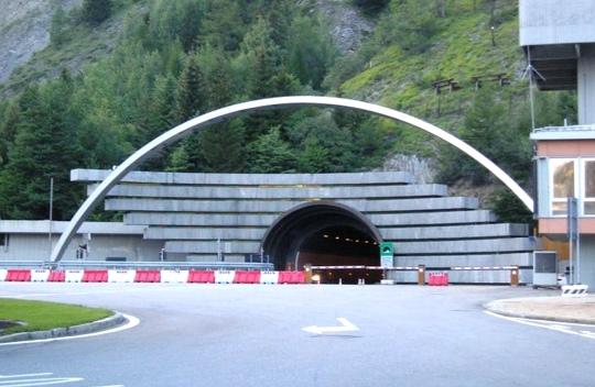 Apre il traforo del Monte Bianco
